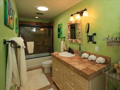 Full bath adjacent to Studio