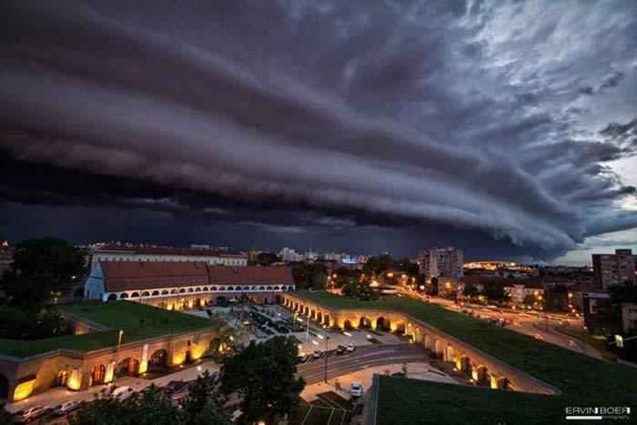http://twistedsifter.com/2013/06/shelf-cloud-over-timisoara-romania/